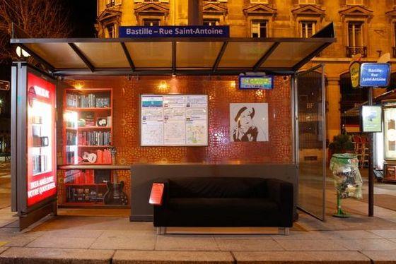 ikea met en place des canap s dans les abribus parisiens welovebuzz. Black Bedroom Furniture Sets. Home Design Ideas