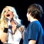 Chase reçoit son premier baiser de le part Carrie Underwood