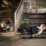 Dans les rues de Tokyo : Épuisée, la population s'endort partout