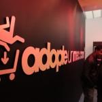 Des hommes en vitrine chez AdopteUnMec pour inaugurer l'ouverture de leur magasin.