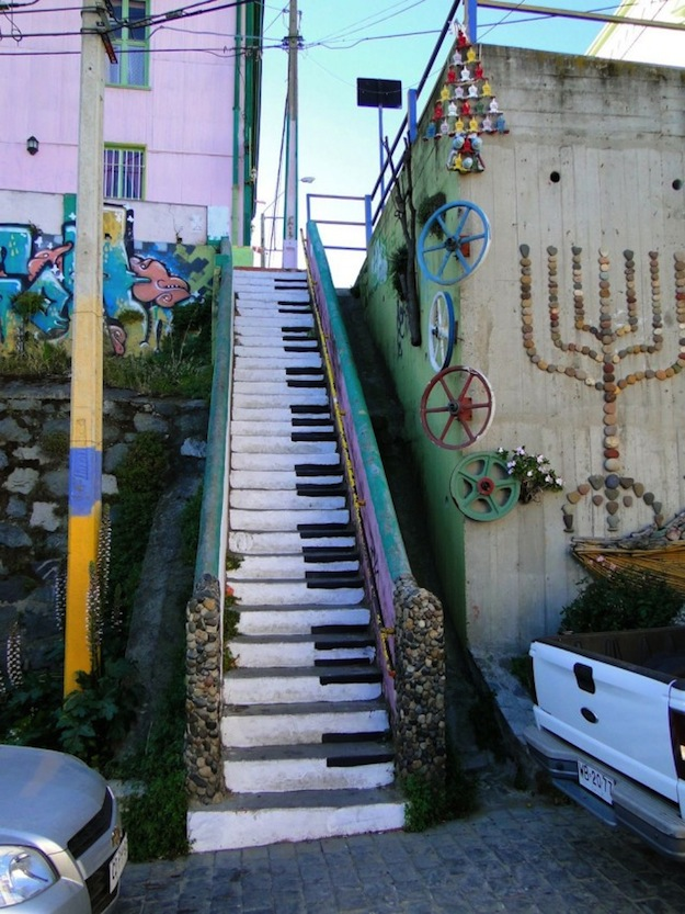 Piano-escalier-Valparaiso-Chili-640x853