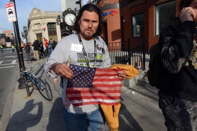 2. Carlos Arredondo, l'homme qui se jeta dans les flammes pour sauver des vies...
