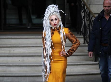 Photos-Lady-Gaga-cheveux-blancs-et-robe-orange-citrouille-la-star-a-confondu-Noel-avec-Halloween-!_paysage_460x380