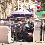 Une homme jette une grenade sur des policiers à Bangkok