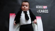 Un bébé déguisé en personnages de séries