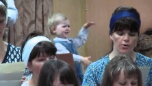 Une petite fille imite le chef d'orchestre