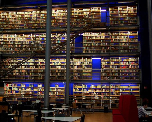 Le hall central de la bibliothèque