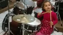 Les grands classiques du rock repris par une fillette de 4 ans