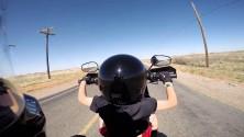 Un père laisse son fils de 6 ans conduire sa moto