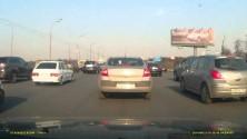 Une voiture explose en pleine route