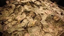 Des étudiants trouvent 40 000 dollars cachés dans leur canapé