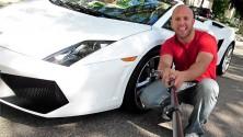 Un homme prend un SDF dans sa Lamborghini