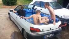 Une Peugeot 306 transformée en piscine