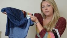 Un appel à l'aide cousu à l'intérieur d'une robe