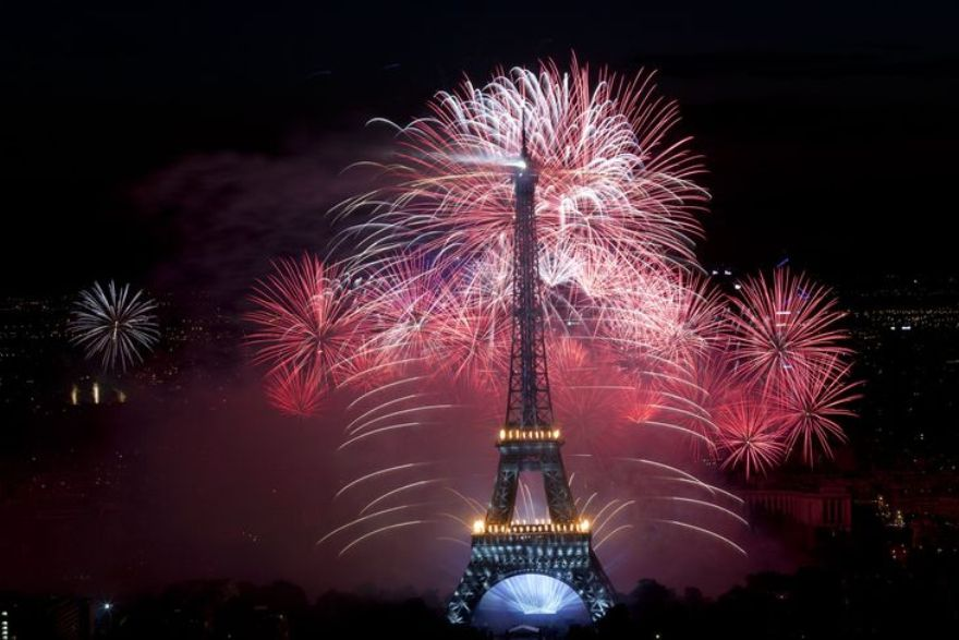 4457297_6_7cf2_fireworks-burst-around-the-eiffel-tower-in_0e393a0b0f48a9689028673c1c170fcf