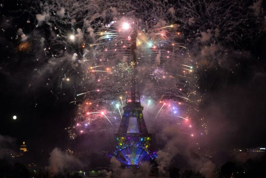 4457304_6_4ea5_fireworks-burst-around-the-eiffel-tower-in_868135b771e7b63e7a01ea3d348e2bc7