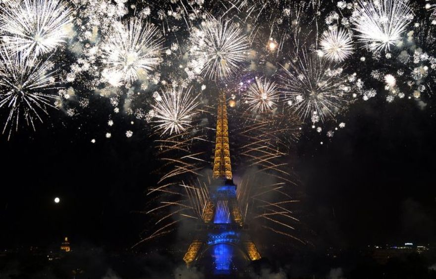 4457305_6_fea6_fireworks-burst-around-the-eiffel-tower-in_0058a282992e80c27ec435be8d35d959