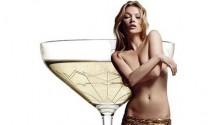 Des coupes de Champagne modelées sur les seins de Kate Moss