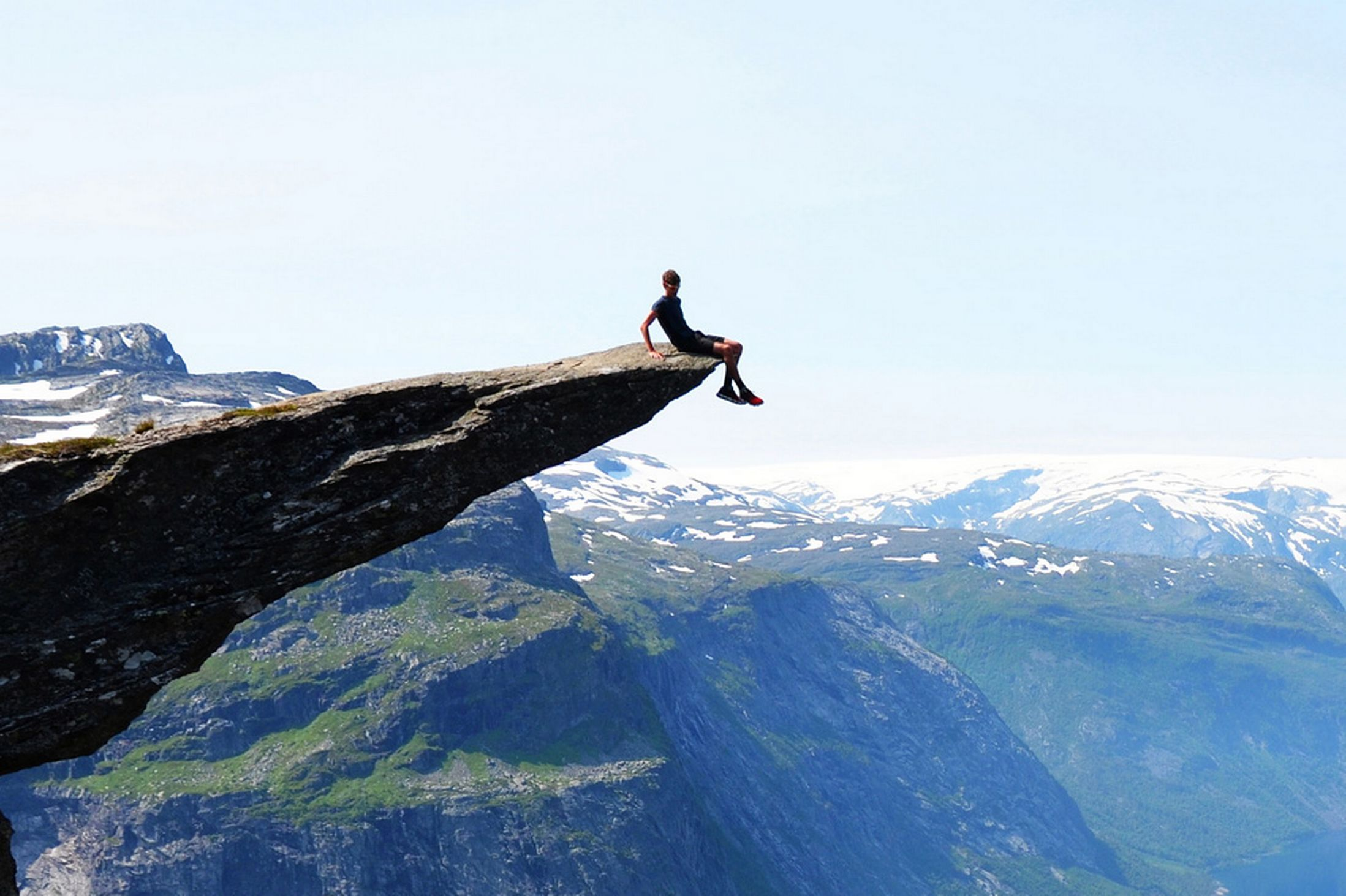 Tomas-Havel-poses-on-the-edge-of-overhanging-Trolltunga-ledge
