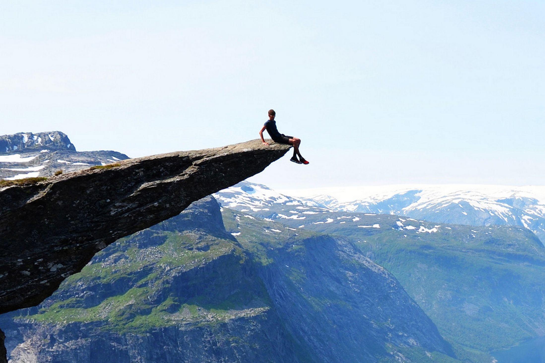 Tomas-Havel-poses-on-the-edge-of-overhanging-Trolltunga-ledge