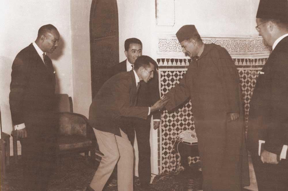 1960---sm-le-roi-mohammed-v-reoit-abdeslem-radi-aprs-sa-seconde-place-aux-jeux-olympiques-de-rome-photo-cnom