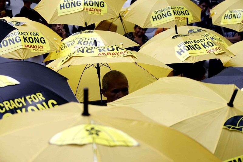 protesters-open-their-yellow-and-20cb-diaporama