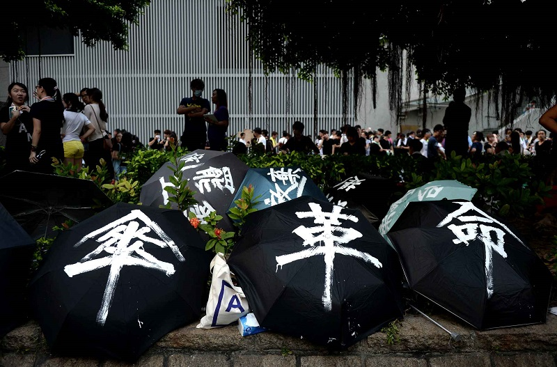 umbrellas-used-to-shield-demonstrators-0ff9-diaporama