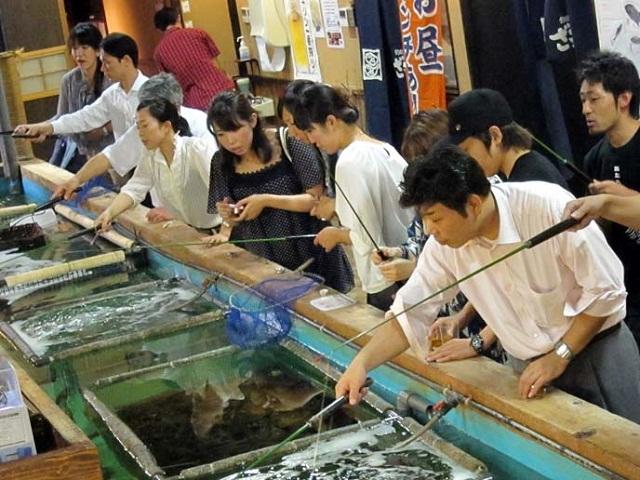 120122_zauo_fishing_theme_restaurant_shinjuku_tokyo_catch_fish_weird_eats_foods_8