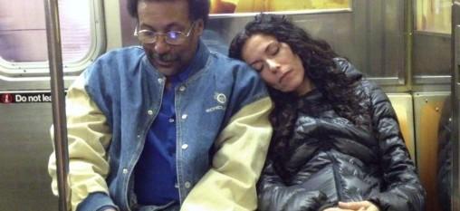 dormir épaule métro