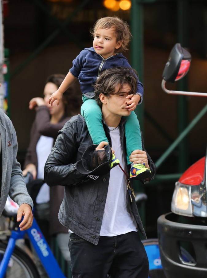 Orlando-Bloom-et-son-fils-Flynn-a-New-York-le-14-octobre-2013_portrait_w674