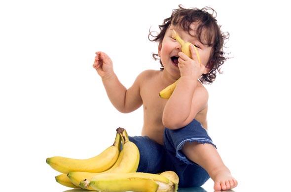 bebe-mange-banane