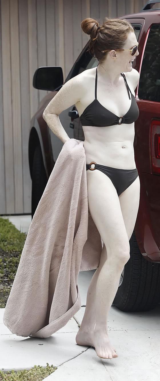 bikini-julianne-moore070103