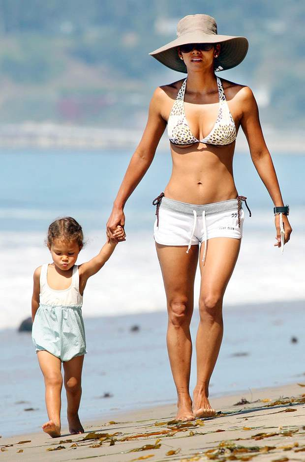 halle-berry-in-bikini-620bes072010