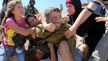 Un soldat israélien maltraite un enfant palestinien de 12 ans