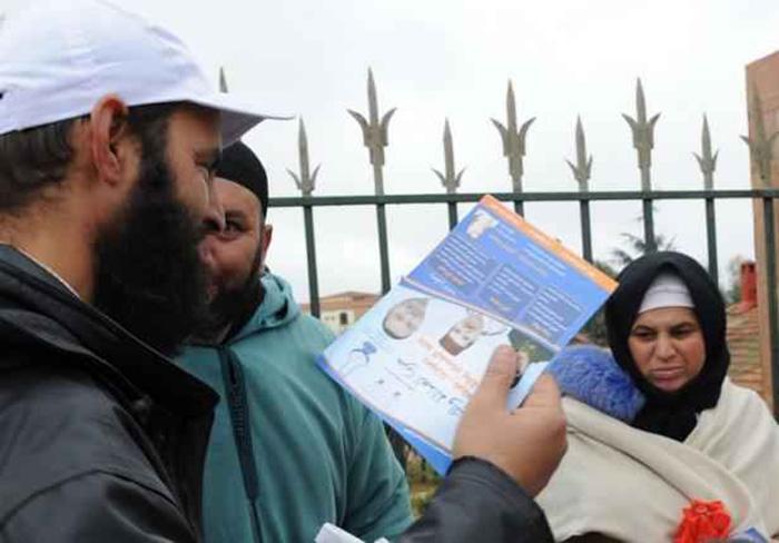 2048x1536-fit_militant-parti-marocain-islamiste-justice-developpement-distribue-tracts-electoraux-22-novembre-2011-oulmes