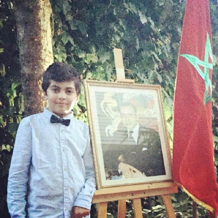 Le petit Haider avec la photo du roi Mohamed VI (Boutaina Azzabi)
