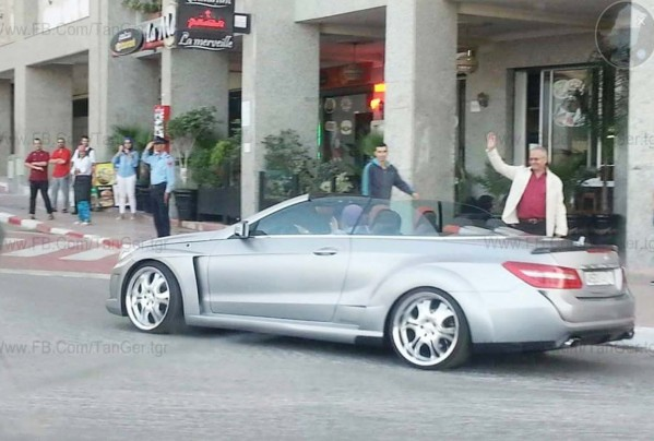 الملك-يقود-سيارة-مكشوفة--599x404