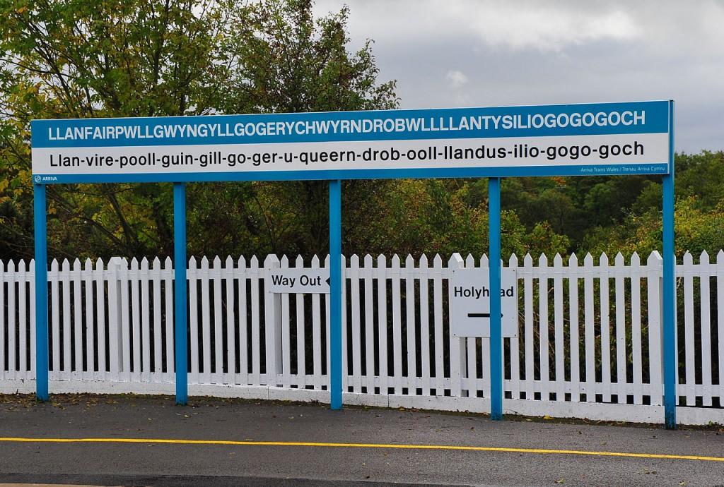 1280px-Llanfairpwllgwyngyllgogerychwyrndrobwllllantysiliogogogoch-railway-station-sign-2011-09-21-GR2_1837a