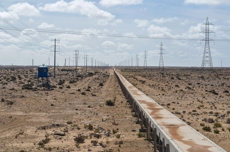 La mine de phosphate à Bou Craa au Sahara Marocain et le point de départ d'une bande transporteuse de 150 kilomètres de long jusqu'au port de Laâyoune.