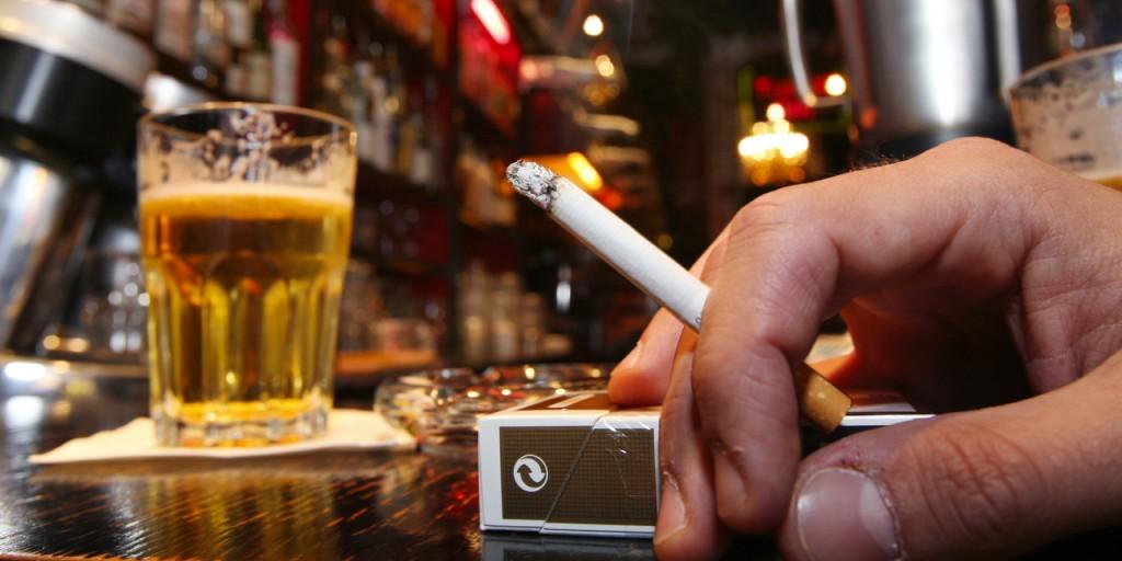 Jetant de boire et fumer