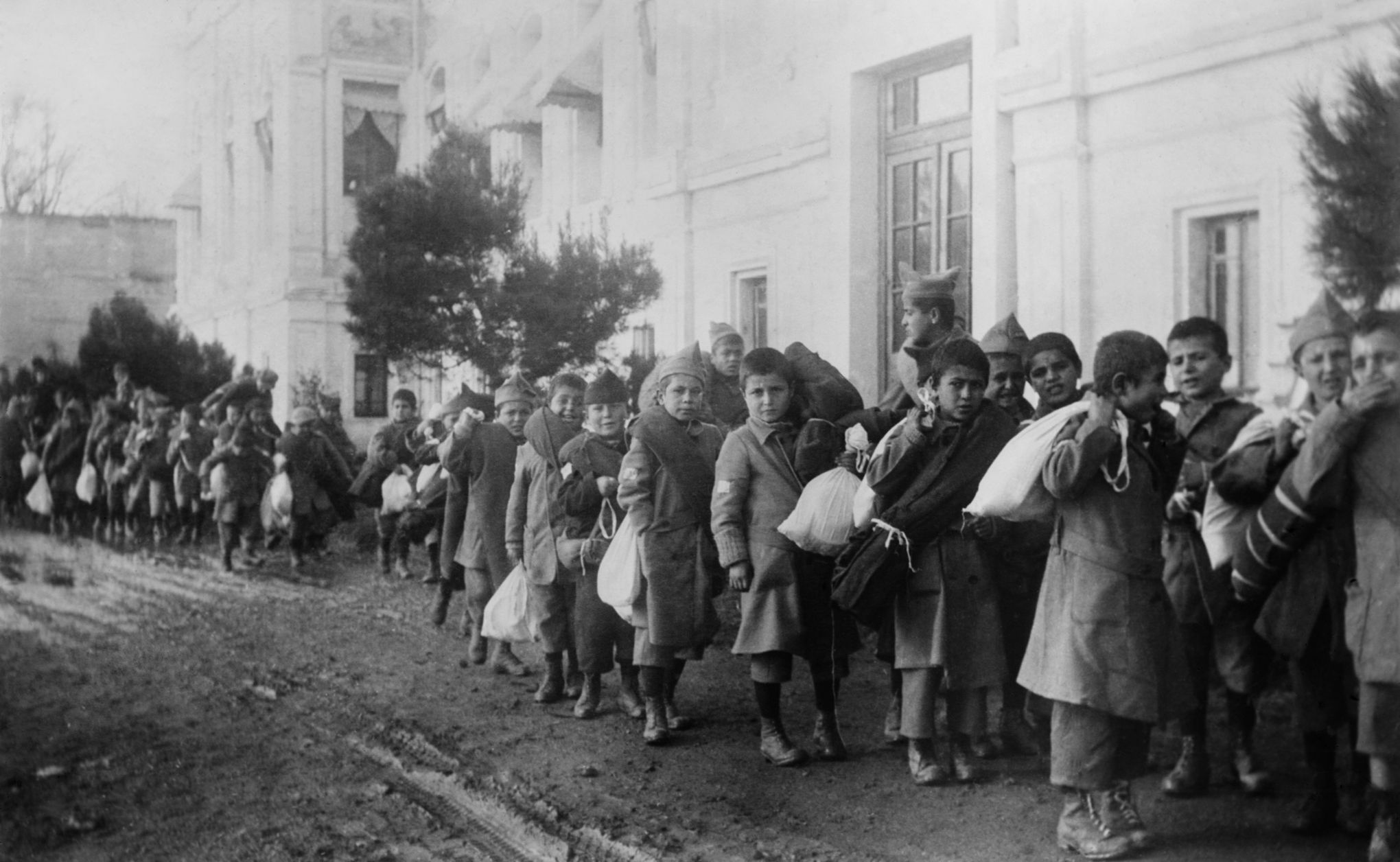 Evacuation de Turquie des orphelins armeniens rescapes du genocide, 1922 - – Armenian orphans (because of the genocide) evacuating from Turkey, 1922 (BSLOC_2013_5_27)