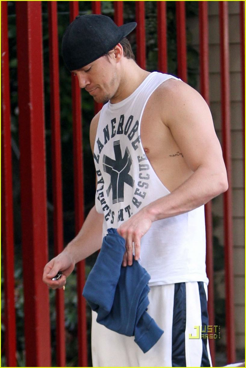 ©BAUER-GRIFFIN.COM Channing Tatum gets camera shy after a workout at the gym. EXCLUSIVE November 20, 2010 Job: 101120X6 Los Angeles, California www.bauergriffin.com www.bauergriffinonline.com