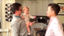 La réaction marrante d'un bébé face au jumeau de son papa