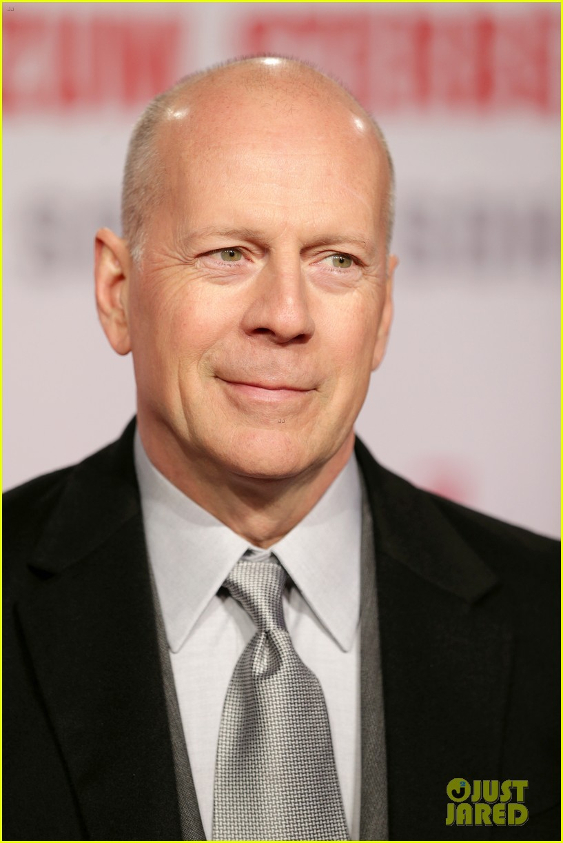 bruce-willis-emma-heming-die-hard-red-carpet-kiss-02