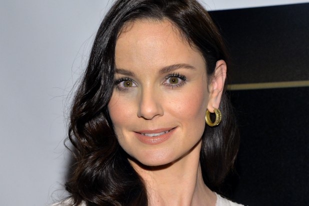 Sarah-Wayne-Callies-colony-usa-network-walking-dead