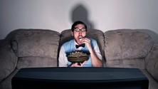 Voici pourquoi regarder une série à la maison est mieux que de sortir avec ses amis