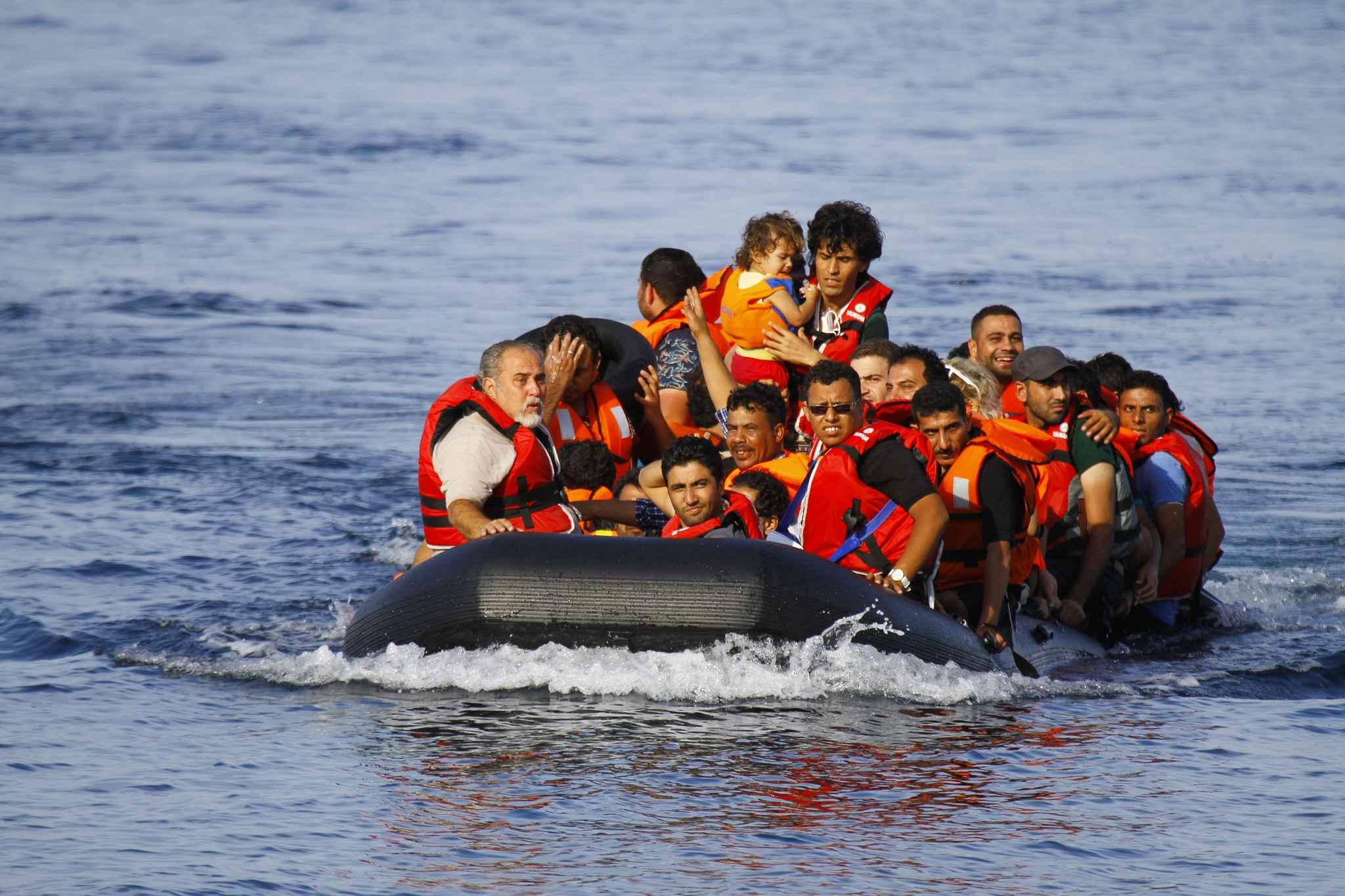 2048x1536-fit_migrants-bord-canot-pneumatique-provenance-turquie-approchent-cotes-ile-grecque-lesbos-9-septembre-2015