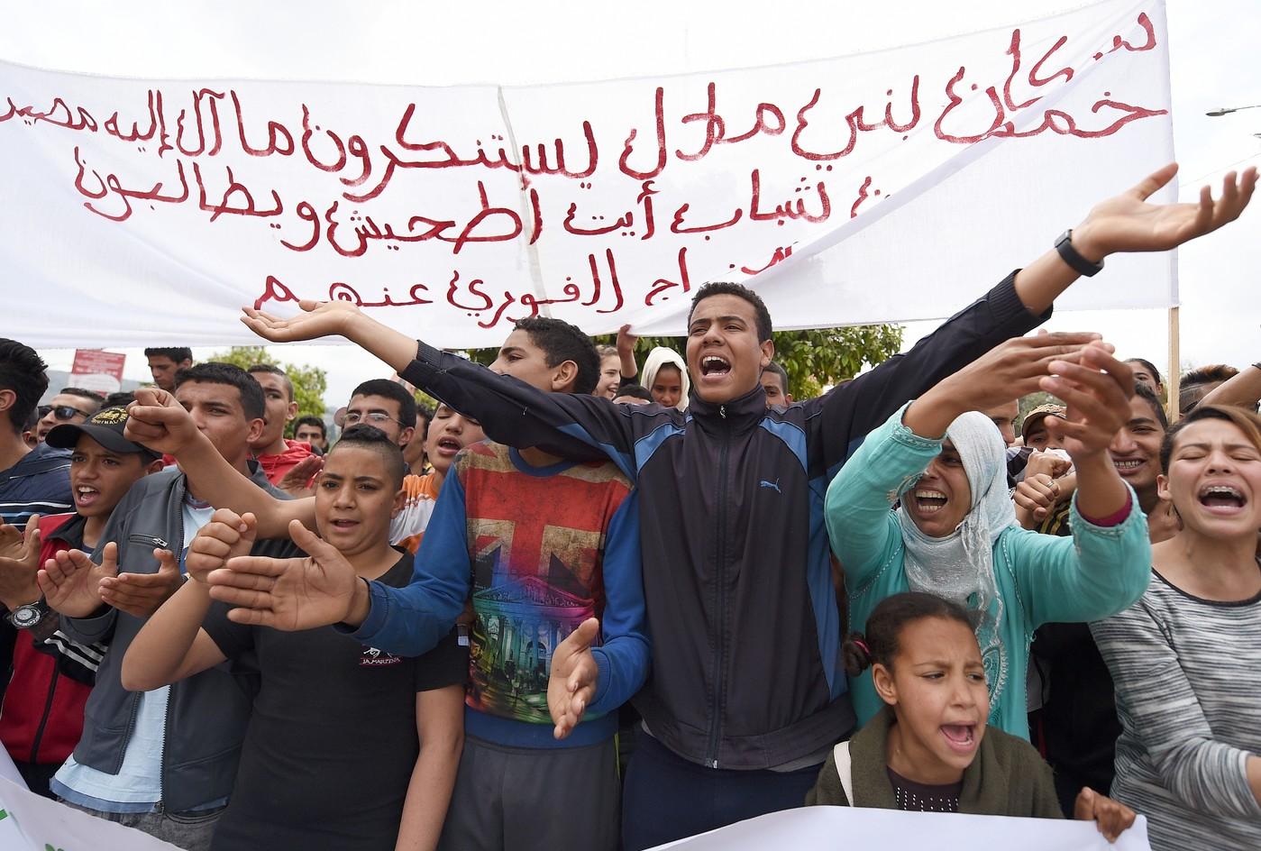Des-Marocains-manifestent-contre-homosexualite-marge-proces-homosexuel-trois-agresseurs-4-avril-2016-dans-ville-Beni-Mellal-centre-pays_1_1400_944