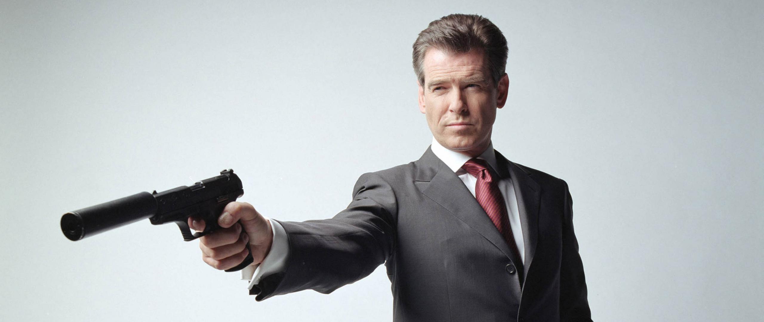 pierce_brosnan_actor_man_brunette_tuxedo_pistol_daring_19169_2560x1080