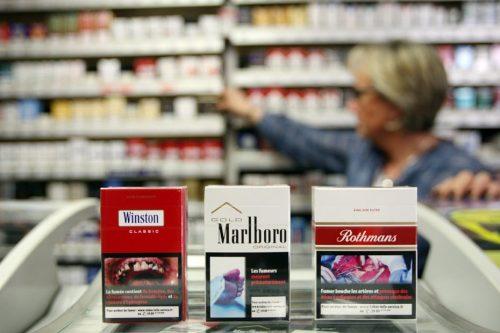 Mathieu Cugnot / IP3, Nancy, France le 18 Avril 2011- A partir de mercredi 20 avril 2011 les buralistes français sont obliges de vendre des paquets de cigarettes portants des visuels dissuasifs. L apposition d images choc sur les paquets de cigarettes est l une des 38 recommandations formulees par l Organisation mondiale pour la santé (OMS) dans sa Convention-cadre pour la lutte antitabac. le tabac tue quelque 60.000 personnes par an en France.